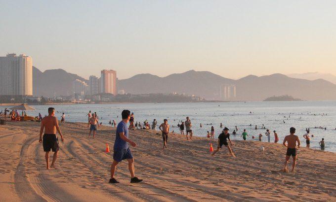 """""""Mở biển"""" Vui như mở hội, thỏa cơn khát tắm biển của người Nha Trang"""