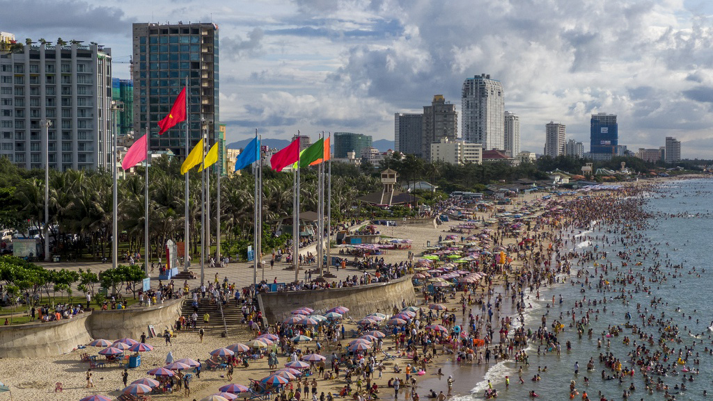 Khách du lịch chen chân tắm biển Vũng Tàu